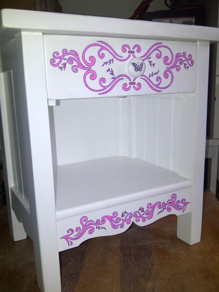 petit chevet apr s. Black Bedroom Furniture Sets. Home Design Ideas